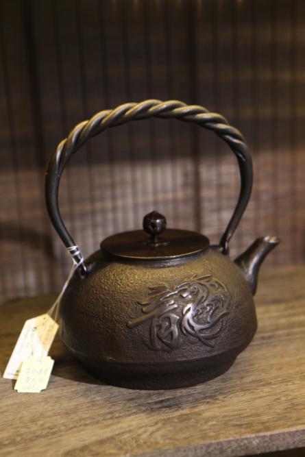 盛龙纹铁壶