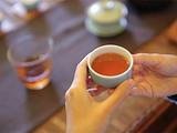 茶亲时代:几千公里外不相识的两个陌生人,用茶汤调浓了血缘关系