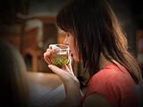 这位比利时女茶人说:用葡萄酒杯装茶配西餐,是欧洲当下最火的进餐方式!