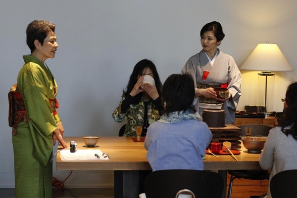 中国城还有专门提供抹茶和煎茶品饮的茶室,一些饮食品牌也会和日本花道展示、茶道表演合作,为客人提供综合体验。