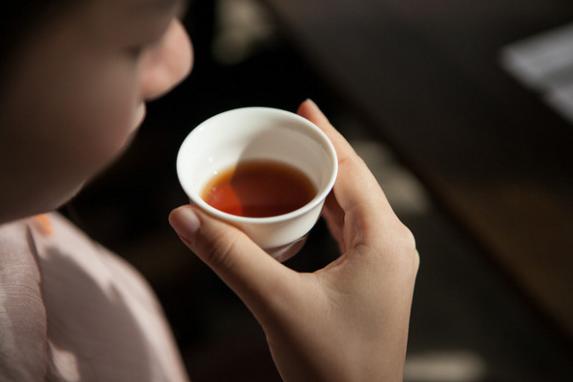 好茶配好仓,进仓贮存的须是上等祁红毛茶。这座70年的木仓,见证了祁门红茶的品质坚持。