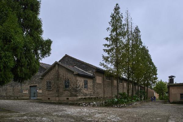 国润茶业的木仓历史感十足。木质的墙壁,木质的承重柱,木质的地板,看上去既沧桑又厚重。
