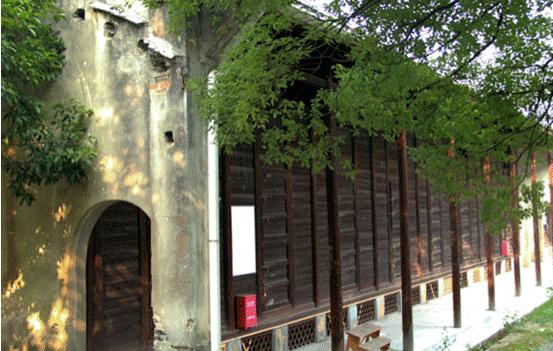 安化百年木仓采用松木为材质建造,木头导热性差,透气性好,这可以让茶仓常年稳定在18℃-25℃之间