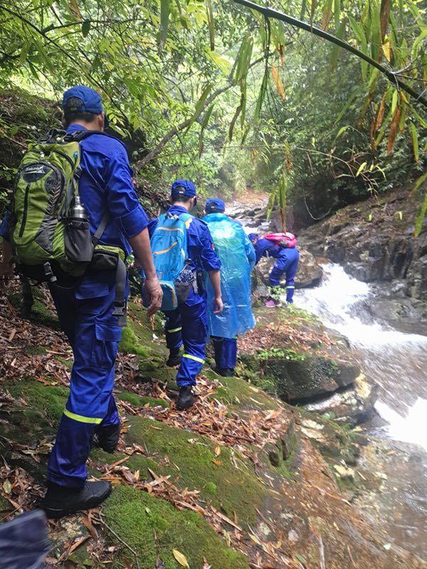 救援队分为数个支队,对桐木关丛林内所有水源地进行地毯式搜寻,然而直到天亮依旧一无所获。
