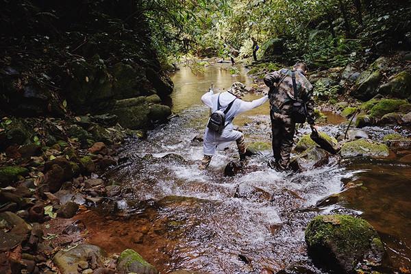除了临近深渊的泥土路,踏着接近脚踝的溪流,剩下一半的路程都在河里穿插。