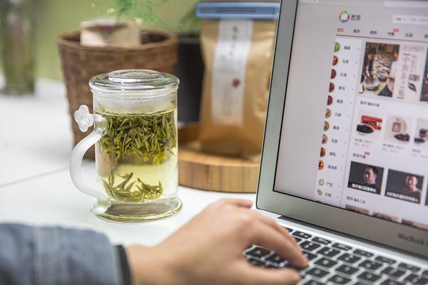 夏季饮绿茶能促进汗腺的分泌,使大量水分通过表层毛孔渗透出体外,达到散热降温的目的,可驱逐炎热。