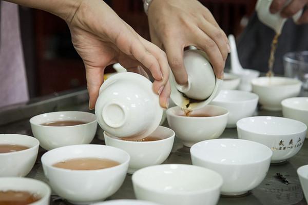 我们希望新一代的武夷岩茶手艺人不仅吸收老一辈技艺的精华,还要能够理解和表达出来,这样才能更好地成为新一代武夷岩茶文化和技艺的传播者。
