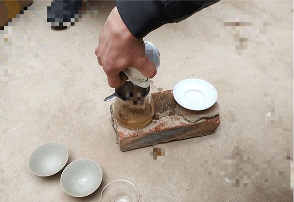以红方砖作茶盘,盖碗、公杯逐一摆放后,茶杯仅能放于水泥地面之上。