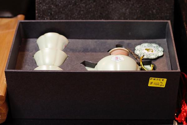 汝窑天青一壶三杯葵口茶具套装,应该是能开片,税后折合人民币2764元。