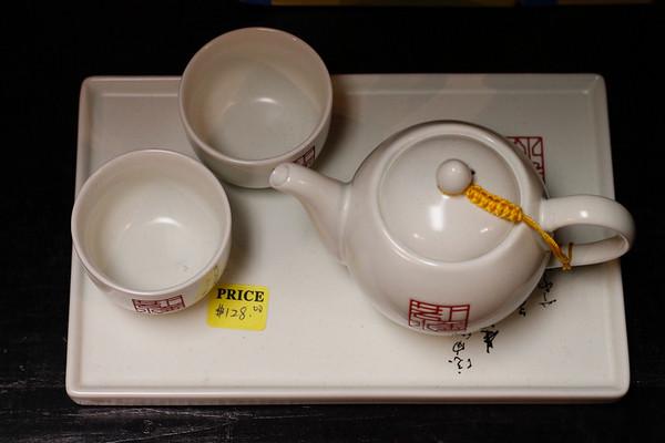 白色釉一盘一壶两杯套装,设计不错,税后直接就是960元左右,近千元只能买到两人用的茶具。
