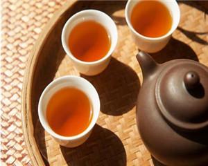 茶山秘闻:山上的制茶师傅试完茶后,为何都爱喝两口酒?