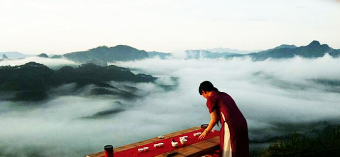 茶之旅 | 茶与生活  今晨起四时,约三两好友,聚白云峰顶,观云海,赏日出。