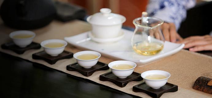 晒茶   冰岛地界普洱散茶  花蜜香显,挂杯,微苦,回甘,韵醇,微微冰塘甜。