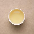 汤色为浅黄,稍带绿,与上一泡颜色比较绿,香气为栗香、清香,伴有花香,鲜灵,滋味较浓强,鲜爽、收敛、回甘。