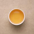 茶汤为黄色、透亮,花香高扬而悠长,滋味醇厚,稍具收敛性,带有涩感但回甘较快。