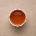 汤色橙黄微偏红,油亮。香气滋味均有明显上升。香气高扬,有显著的植物辛香,略有火味。茶汤包裹香气,入口醇滑,饮后舌面微有涩感,生津快而持久。