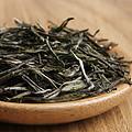 芽叶卷曲成细条状,色泽深绿,显翠,表面附有银白色芽毫,干茶能清晰的闻到嫩豆香。