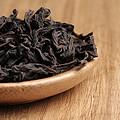 干茶色泽乌褐、较油润,条索紧结,较匀整,带红点,干茶带微微清凉的香气。