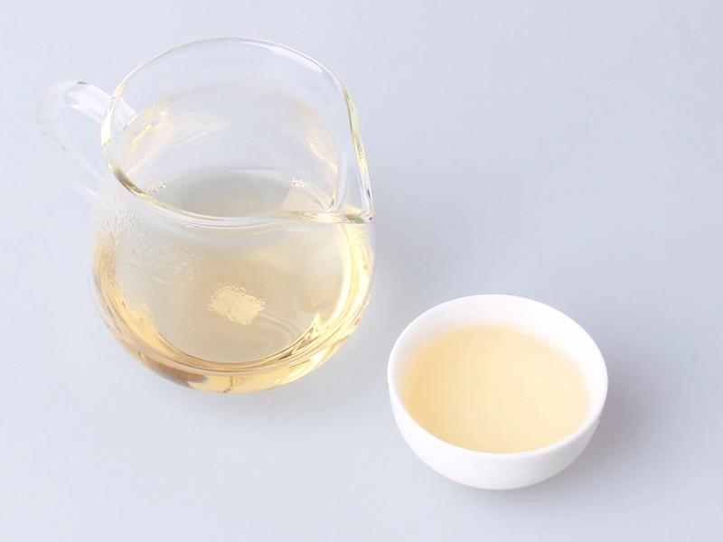 注水便可闻到焙火适度的舒服香气;茶汤浅杏黄,透亮。香气焙火香中有甜香余味;入口较顺滑。