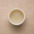 汤色浅绿,白毫丰富,明亮度高。香气炒米香鲜活,带豆香和甜花香,滋味鲜活,爽口,入口微涩,能化开,满口生津,持久,有回甘。