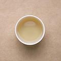 汤色接近水色,白毫丰富,明亮度高。香气带炒米香浓郁,冷闻有炒豆香,汤感略薄,滋味鲜活,入口甜柔,爽口性好,有回甘。