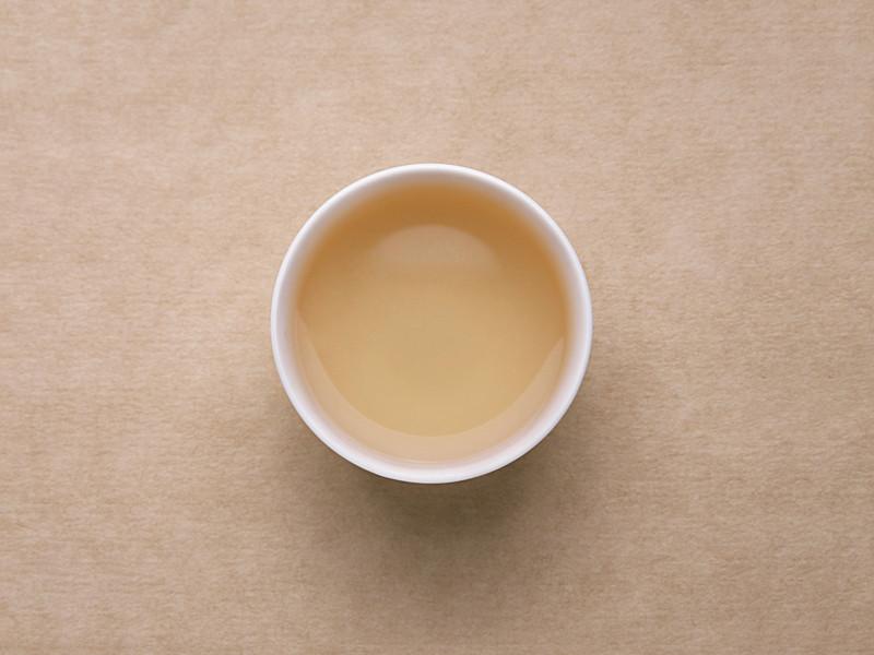 汤色浅黄明亮,清澈,入口较淡,有甜味,有浓郁的茉莉花香,香气持久。