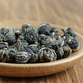 干茶珠形,紧结重实,色泽褐绿,有白毫心,匀整度高,干茶带有明显茉莉花香。