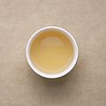 汤色较上一泡加深,浅黄明亮,茶汤当中出现一些碎末,茶汤入口虽然较粗,但茉莉花香浓郁。茶汤带甜味儿,鲜爽感较弱,回甘。