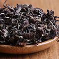 用料细嫩匀净,干茶芽叶连枝,叶面红褐,叶背褐绿,条索自然稍曲,带有白毫,匀整度高。