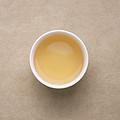 汤色浅金黄,明亮度高;揭盖轻盈的蜜糖香拂面而来,带有浅淡悦人的花果香,香入汤水;茶汤清甜,滋味鲜活,爽口,入口即化,略有燥感,饮后生津快速,有回甘。