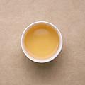 汤色浅金黄,明亮度高;茶叶香气浓郁复合,茶香蜜甜,轻盈的花香与厚实的果甜香交织,融于茶汤;茶汤厚实有活力,滋味鲜度好,润甜有饱满度,舌面微微有涩,化开快速,饮后生津快速,回甘持久,口腔内留有清凉花香。