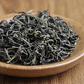 干茶条索紧结,面有爆点,色泽灰绿稍有黄,带有黄片,整体匀整度一般,干茶有豆香。