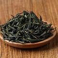 一芽二叶为主,芽叶较长、挺直;色泽深黄绿、黄褐色,芽尖稍带茶毫。