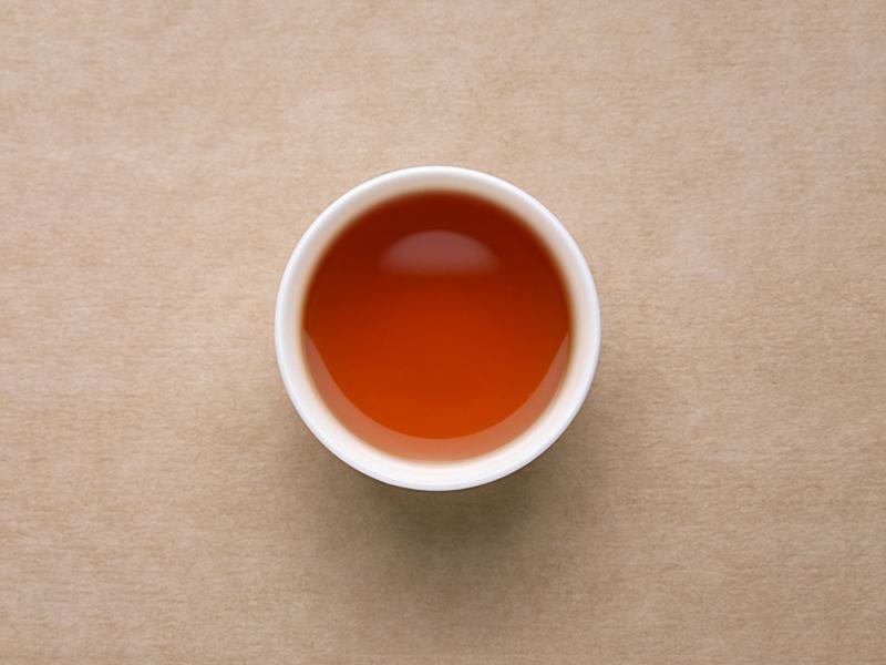 汤色橙红较亮,;闻起来焦糊味重,喝起来一股糊味,茶汤很苦。