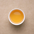 汤色浅金色,较明亮。茶汤略略带火气,有鲜感,生津,涩感清晰,化开较慢,回甘生津明显,喝完嘴里有留香。