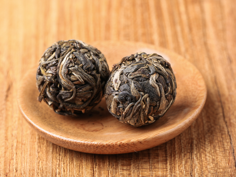 干茶为完整的球形,里外用料一致,条索比较细紧,带浅金色芽头。芽叶均满批毫毛。