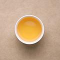 汤色浅金色,较明亮。蜜香清爽入汤,喝完满口留香;茶汤鲜爽、涩铺于舌面,略粗糙。