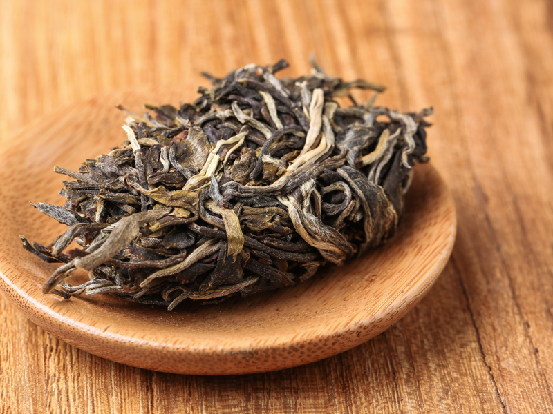 干茶为完整茶饼,压制紧实,条索比较细紧,均匀分布白色芽头,干茶闻起来带浓郁谷物香气。