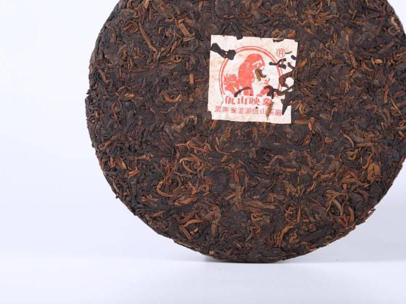 干茶饼形完整,黑褐色叶片与大量金芽均匀分布在一起,茶饼闻起来带明显的渥堆气。