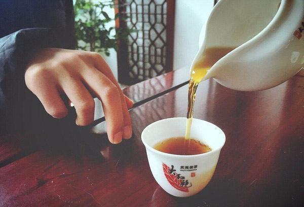 为什么喝茶时要用手敲桌子?敲几下才算正确?不懂千万别乱敲!
