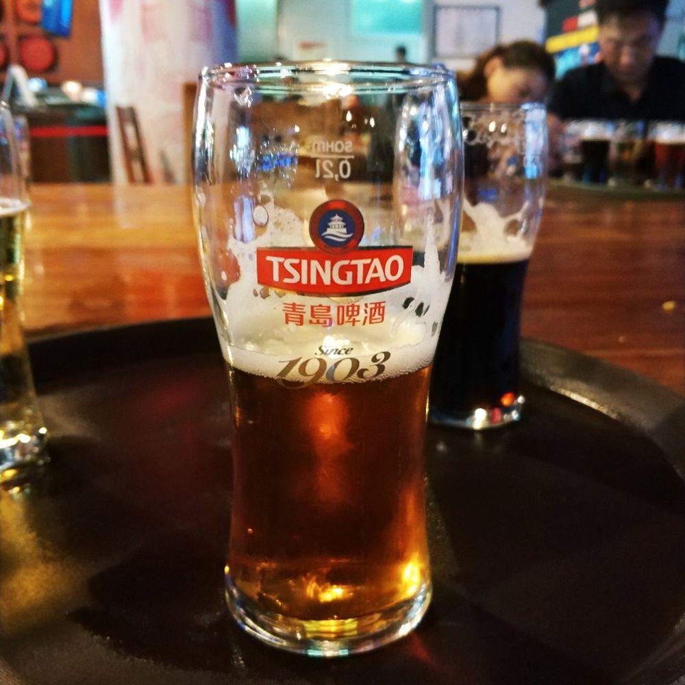 品尝新鲜的青岛啤酒