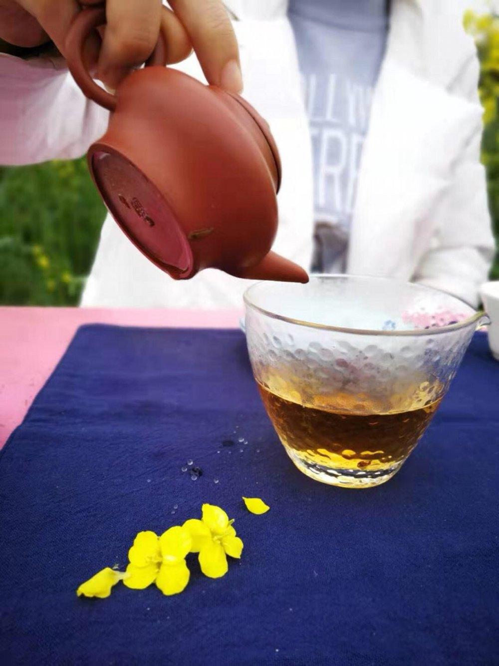 在油菜花田里,豪气的喝一次茶。